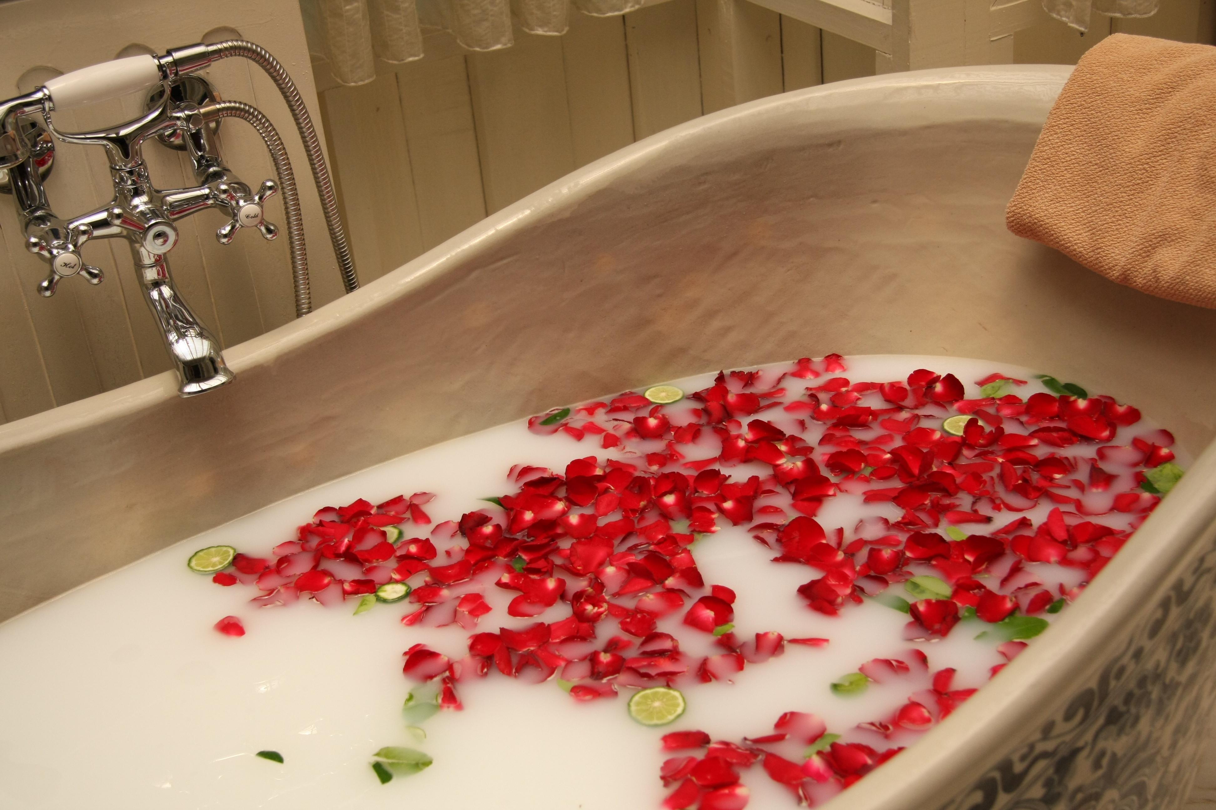 Bagno Rilassante Con Oli Essenziali : Un bagno di petali di rosa u un trattamento per voi stesse